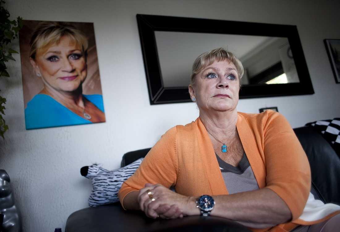 EXTRA NATURLIGT Gunilla Wager, 63, ville förstora läpparna. På skönhetskliniken erbjöds hon ett nytt fyllningsmedel som skulle vara extra naturligt – utvunnet ur tuppkammar. Efter en månad svullnade läpparna upp så mycket att hon inte kunde prata.