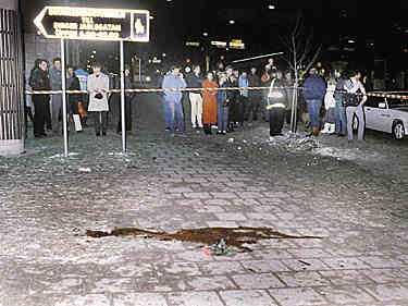 Mordplatsen Statsminister Olof Palme mördades vid Sveavägen den 28 februari 1986. Palme och den svenska regeringen var en av de hårdaste kritikerna av rasåtskillnadspolitiken i Sydafrika.