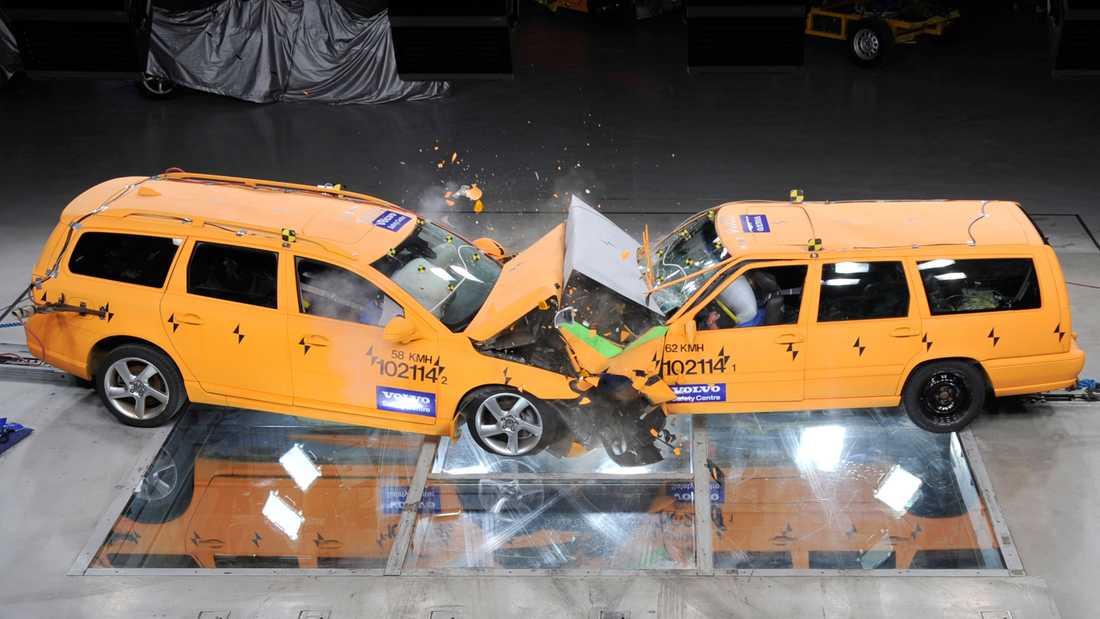 Sveriges mest sålda bil Två Volvo V70, årgång 1997 och 2010, krockar i 70 km/tim med bra resultat, dvs passagerarna hade klarat utan allvarligare skador.