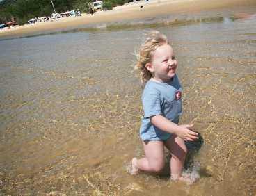 Annika Zandtner, 3, gillar sandstranden i San Marino på Rab.
