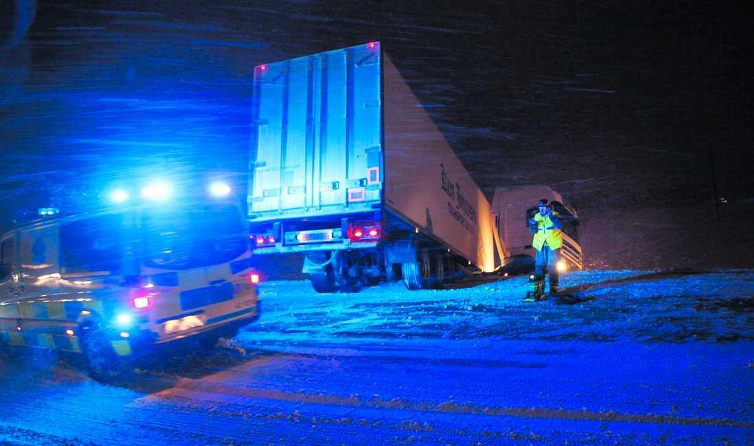 åkte i diket Över 20 lastbilar fastnade i snön i Mullsjö utanför Jönköping. Vind och drivsnö försvårade bärgningen av fordonen. Olycksrapporterna strömmade in när årets första riktiga vinterstorm slog till.