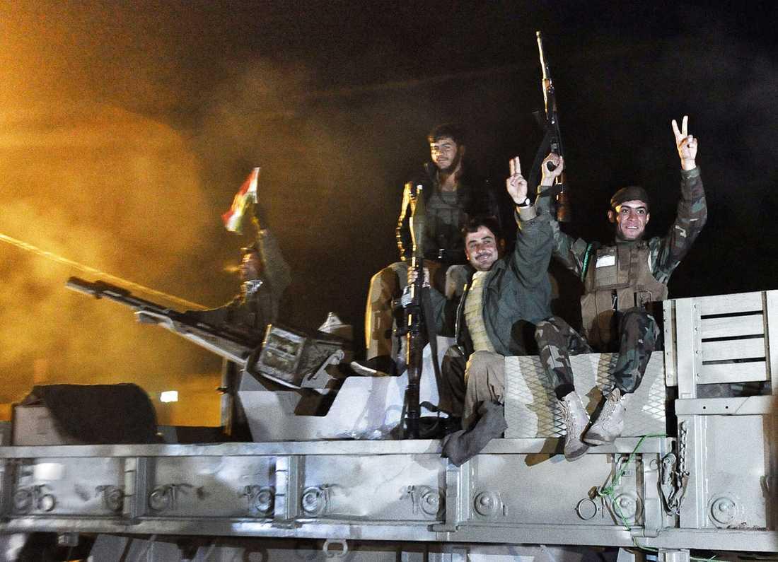 Bilden visar peshmerga när de var på väg in i syriskt territorium för att nå fram till Kobane.