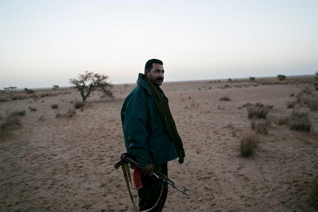 """47-årige Dahatri Muhammed Mbark tog värvning i Polisarios armé som 18-åring. """"Jag tror att det blir ett nytt krig och jag kommer att delta, även om jag är gammal. Man pensionerar sig inte från sånt här."""" Foto: Johan Persson"""