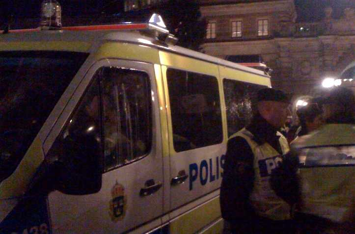 En av polisbilarna på Mynttorget blev bombarderad med ägg.