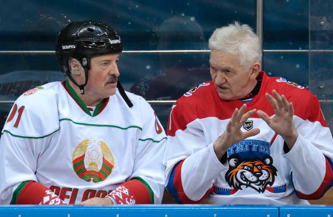 Belarus president Aleksandr Lukasjenko (till vänster) är ett stort hockeyfan. Arkivbild.