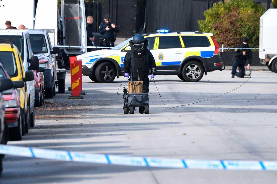 Nationella bombskyddet arbetar på platsen