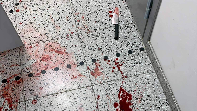 Kniven lämnade gärningsmannen efter sig i trapphuset. Bild ur förundersökningen.