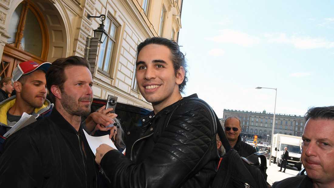 Kiss lämnar hotellet i centrala Stockholm. Här Gene Simmons son Nick.