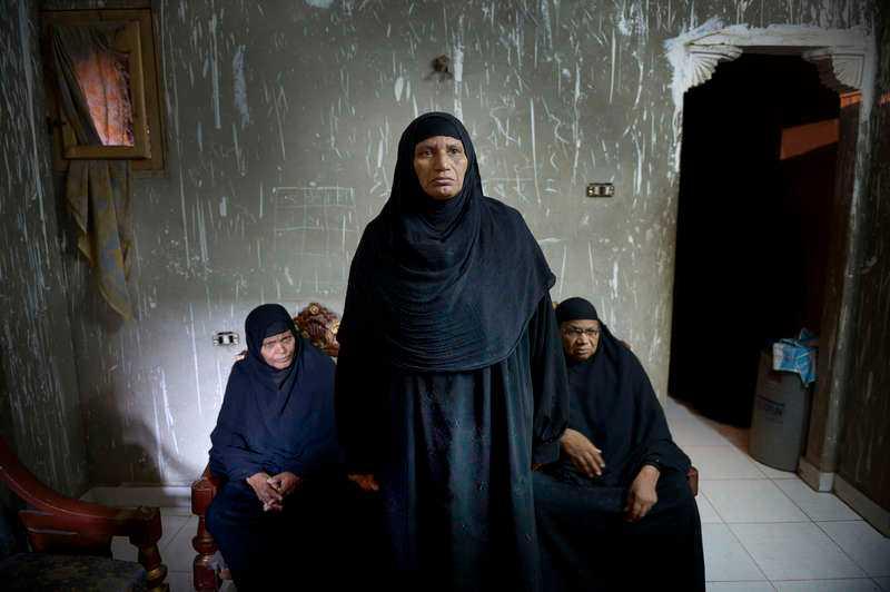 18 AUGUSTI, KAIRO I EGYPTEN Våldet sprider sig i Egypten – Amna Ahmad Ali har just förlorat sin 27-årige son Mahmoud. Han hjälpte till på ett fältsjukhus när några prickskyttar öppnade eld. Han sprang för att rädda barnen, men träffades och dog, berättar Amna Ahmad Ali.