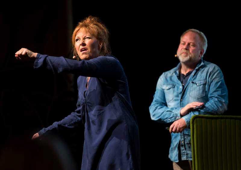 Anna Mannheimer och Peter Apelgren på scen ihop.