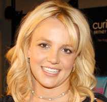 Britney göder sonen med glass.