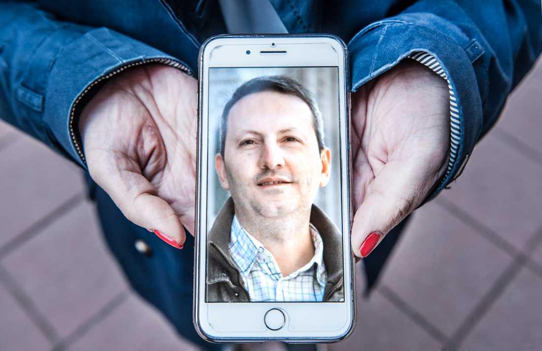 Ahmadreza Djalalis fru Vida Mehrannia visar en bild på sin man. Arkivbild.