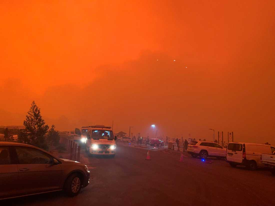 Himlen är mörkt röd av bränderna som härjar i Mallacoota, Australien.