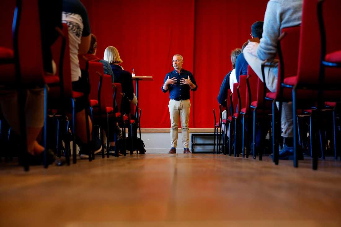 Jan Björklund (L) kampanjar inför EU valet på De Geergymnasiet i Norrköping.