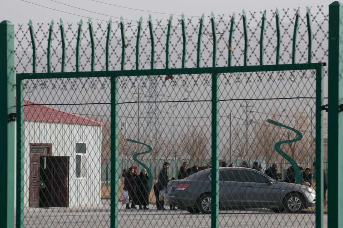 Här ses fångar på ett läger i staden Artux i västra Xinjiang. Över hela Xinjiang uppskattas omkring en miljon människor, främst personer ur den muslimska folkgruppen uigurer, spärras in.