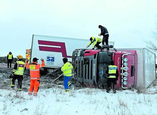 bålsta Förutom snöfallet så ställde även hårda vindar till det i trafiken. På E18 mellan Bålsta och Enköping blåste flera långtradare av vägen.