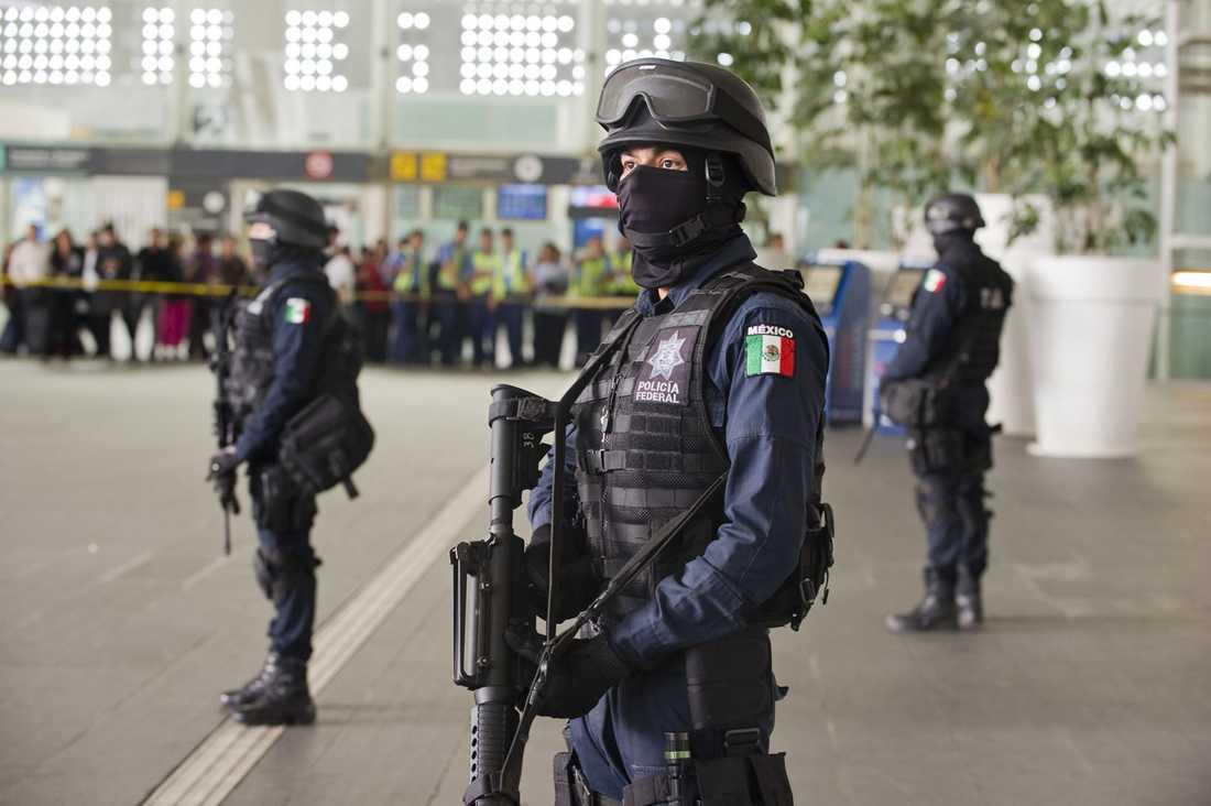 Mexikanska poliser på vakt.