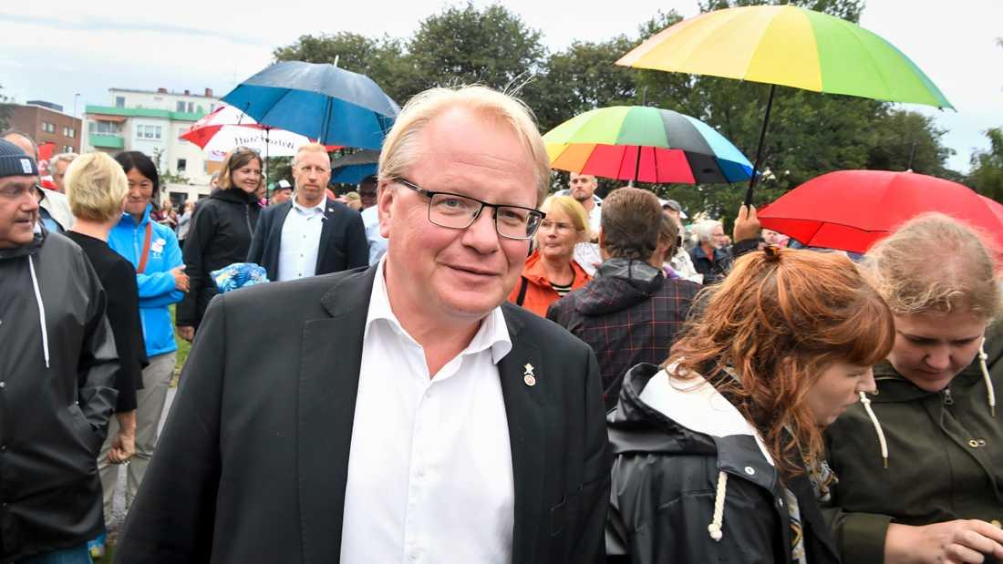 Försvarsminister Peter Hultqvist (S) med pressekreteraren Marinette Nyh Radebo i bakgrunden. Arkivbild.