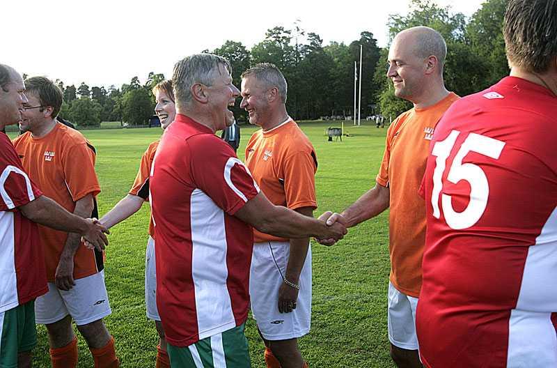 Fyra år senare, är Reinfeldt med i matchen.