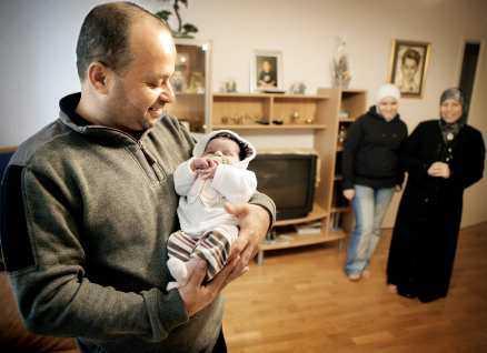 Mohameds föräldrar Hassan och Zainab med den då nyfödda Anna-Lena i Aftonbladet 2004.