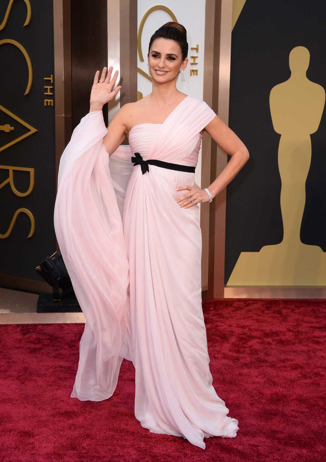 """+ Penelope Cruz: """"Uj. Näe Cruz, det här var inte superläckert. Bebisrosa med ett svart band över magen blandat med en slags grekisk gudinne-design? Jag förstår helt enkelt inte. Bakläxa på det valet från Giambattista Valli."""""""