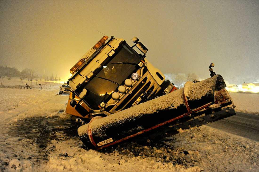 En plogbi körde i diket på Färentunavägen på Mälaröarna.