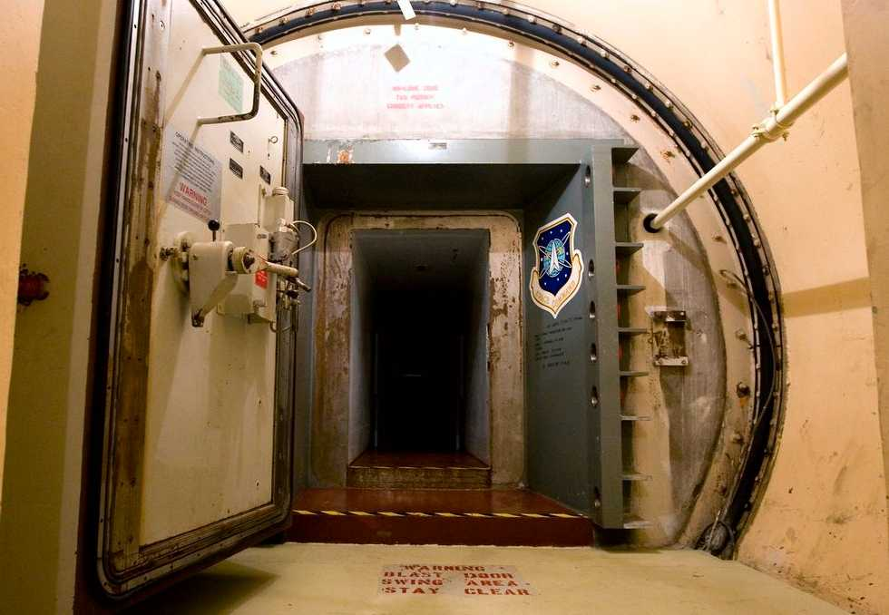 En stålförstärkt betongdörr leder till avfyrningscentralen för tio kärnvapenmissiler på Ronald Reagan Minuteman Missile State Historical Site nära Cooperstown i USA.