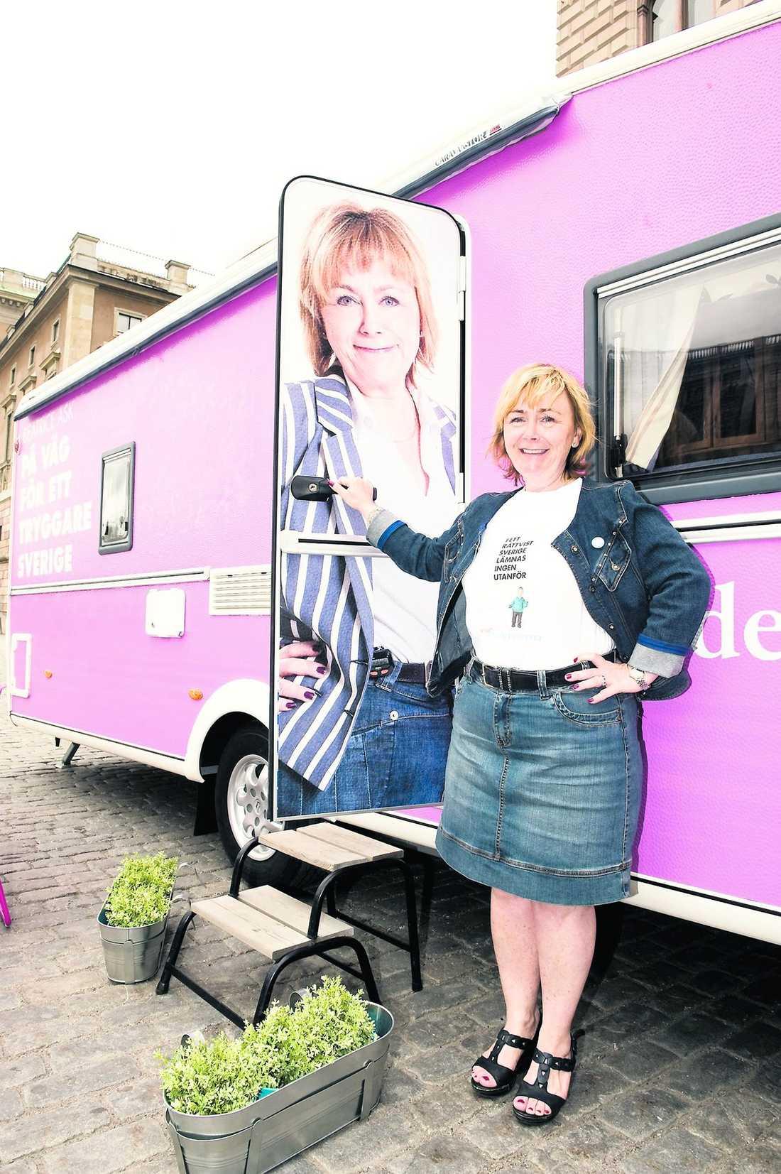aftonbladet sätter plus på Beatrice Asks valvagn: Färg: fyra plus. Den tuggummirosa, grälla färgen sticker ut och drar till sig uppmärksamhet.