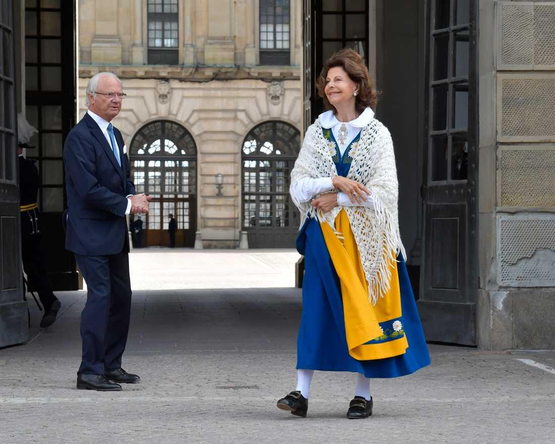 Kung Carl Gustaf och drottning Silvia på borggården på Stockholm slott vid nationaldagsfirandet.