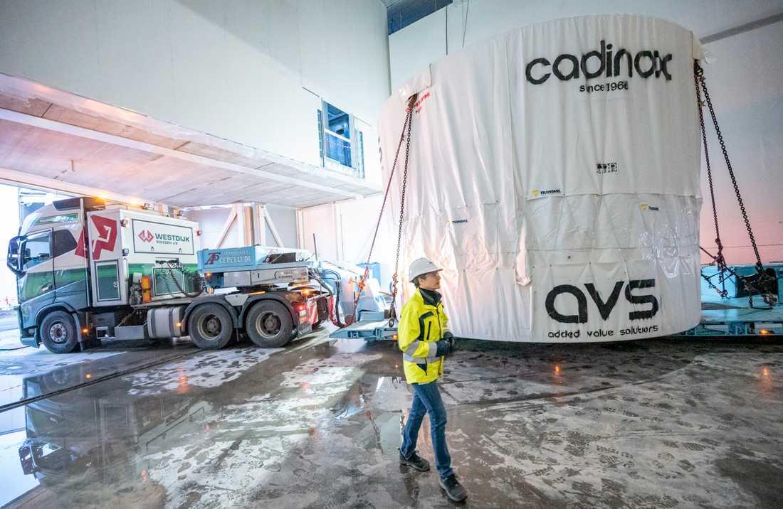Vakuumtanken som är en central del av ESS målstation har anlänt från Spanien till Lund. Sara Ghatnekar Nilsson, projektledare för ESS monolitsystem, har gått upp mitt i natten för att följa transportens sista etapp.