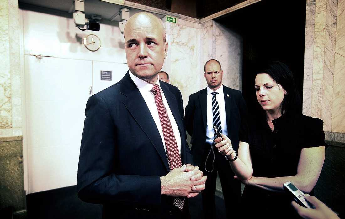 EN PRESSAD STATSMINISTER Fredrik Reinfeldt möter pressen efter att hans arbetsmarknadsminister Sven Otto Littorin avgått.