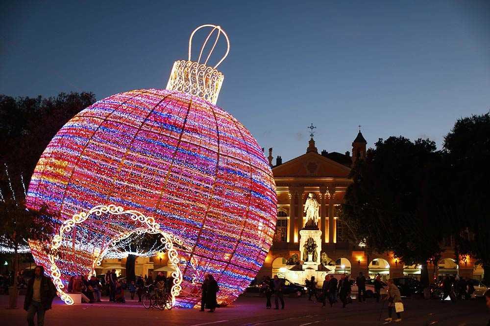 En gigantisk julgranskula ger julkänsla i Nice, Frankrike.