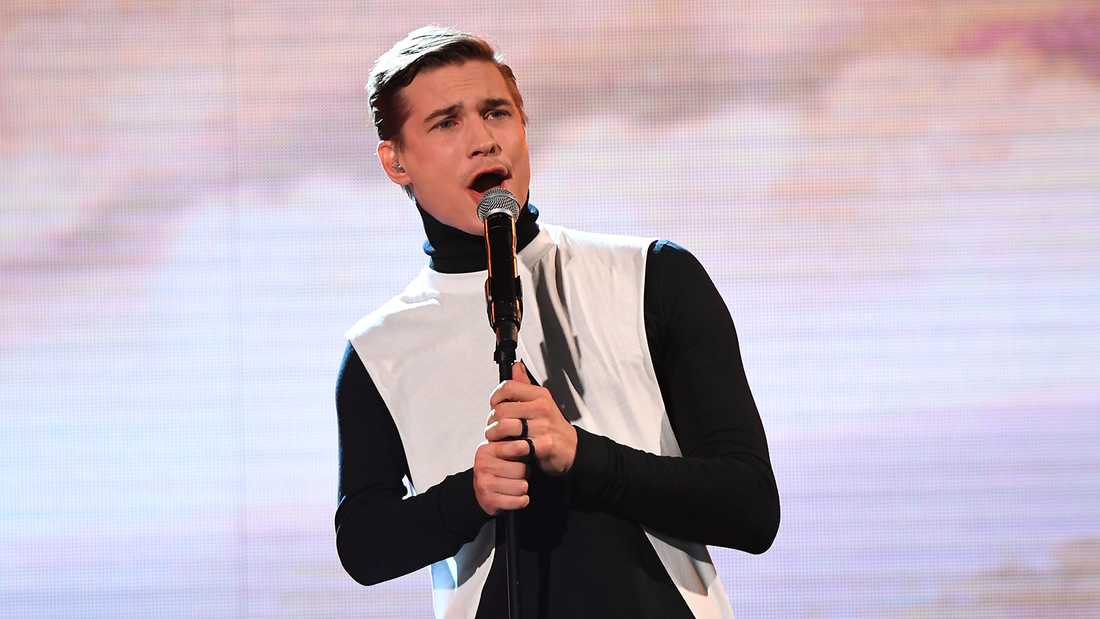 "Christoffer Hamberg sjunger Ainbus singers ""Älska mig"" i ""Idol""."