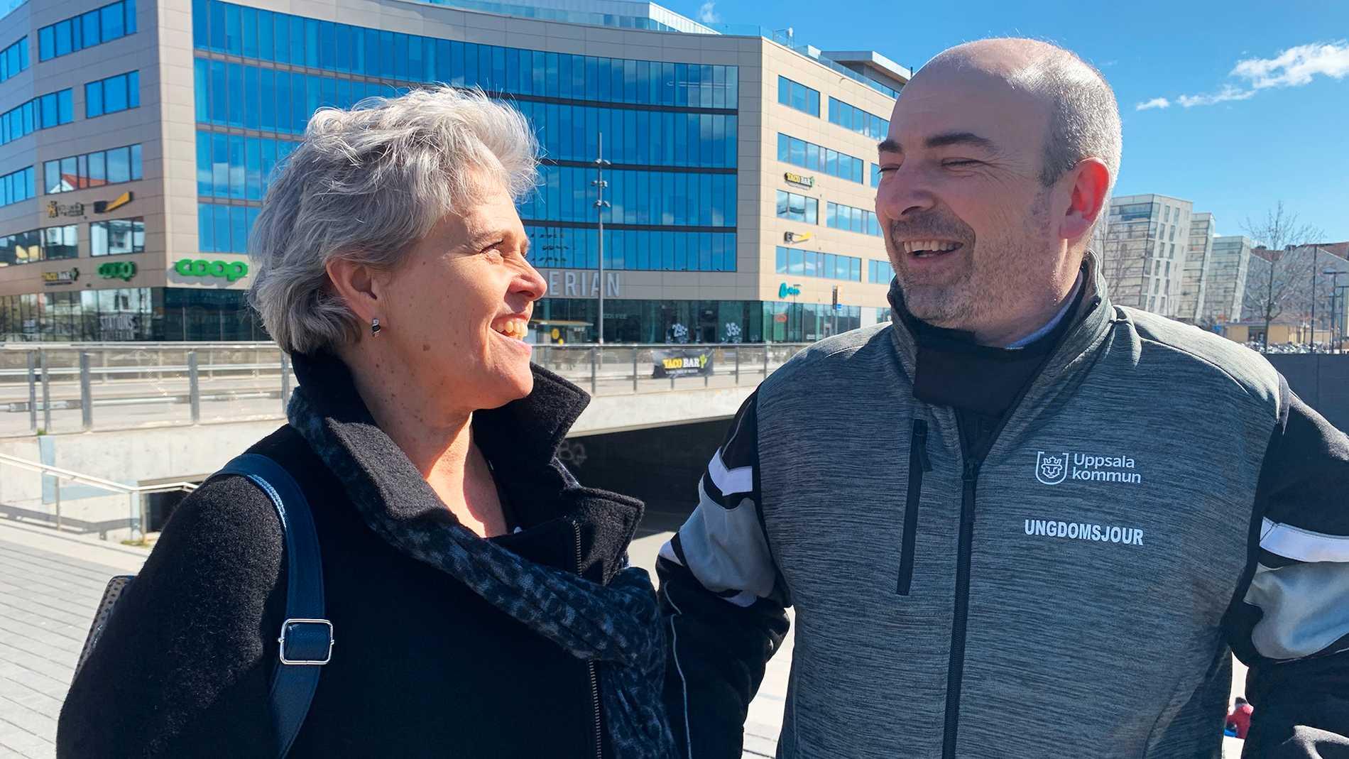 Eva Moberg och Vlad Virgil informerar tiggarna