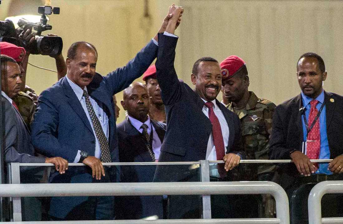 Eritreas diktator Isaias Afwerki, tvåa från vänster, håller hand med Etiopiens premiärminister Abiy Ahmed, när fredsavtalet ingicks i juli i fjol. Arkivbild.