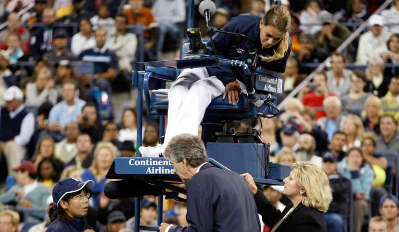 Svenska domaren Louise Engzell delar ut ett poängstraff till Serena Williams efter att ha fått höra linjedomarens, till vänster, version av händelsen. I mitten överdomaren Brian Early.