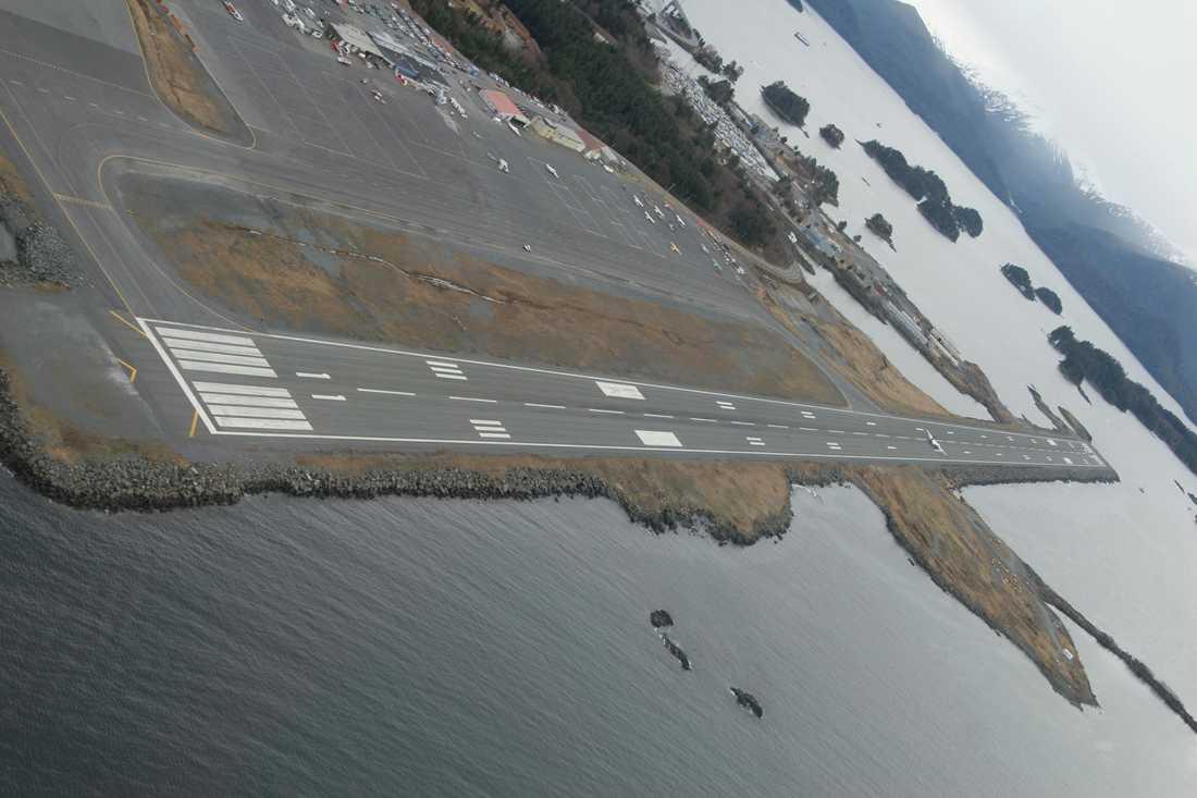 Sitka Rocky Gutierrez Airport i Sitka, Alaska Här gäller det att pricka rätt på ön Japonski. Flygplatsen är ofta lätt att se, men lika ofta svårupptäckt på grund av dåligt väder och usel sikt. Inte nog med det. Piloten måste också hålla utkik för sånt som havet kan ha vräkt och stormat upp på landningsbanan.