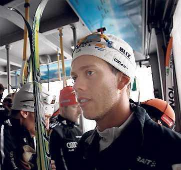 """07.50, lördag: Första kabinen upp till glaciären. En dubbel olympisk mästare pressar in sig bland tyska och ryska konkurrenter. Marcus Hellner ägnar ingen energi åt sina kommande konkurrenter. Det gör i stället herrarnas förbundskapten som spanar uppe på glaciären. """"Nörderi"""", säger han."""
