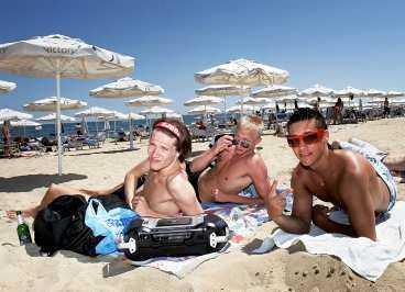 Tre grabbar som fått för mycket sol och partyliv, av hm... tecknet att döma.