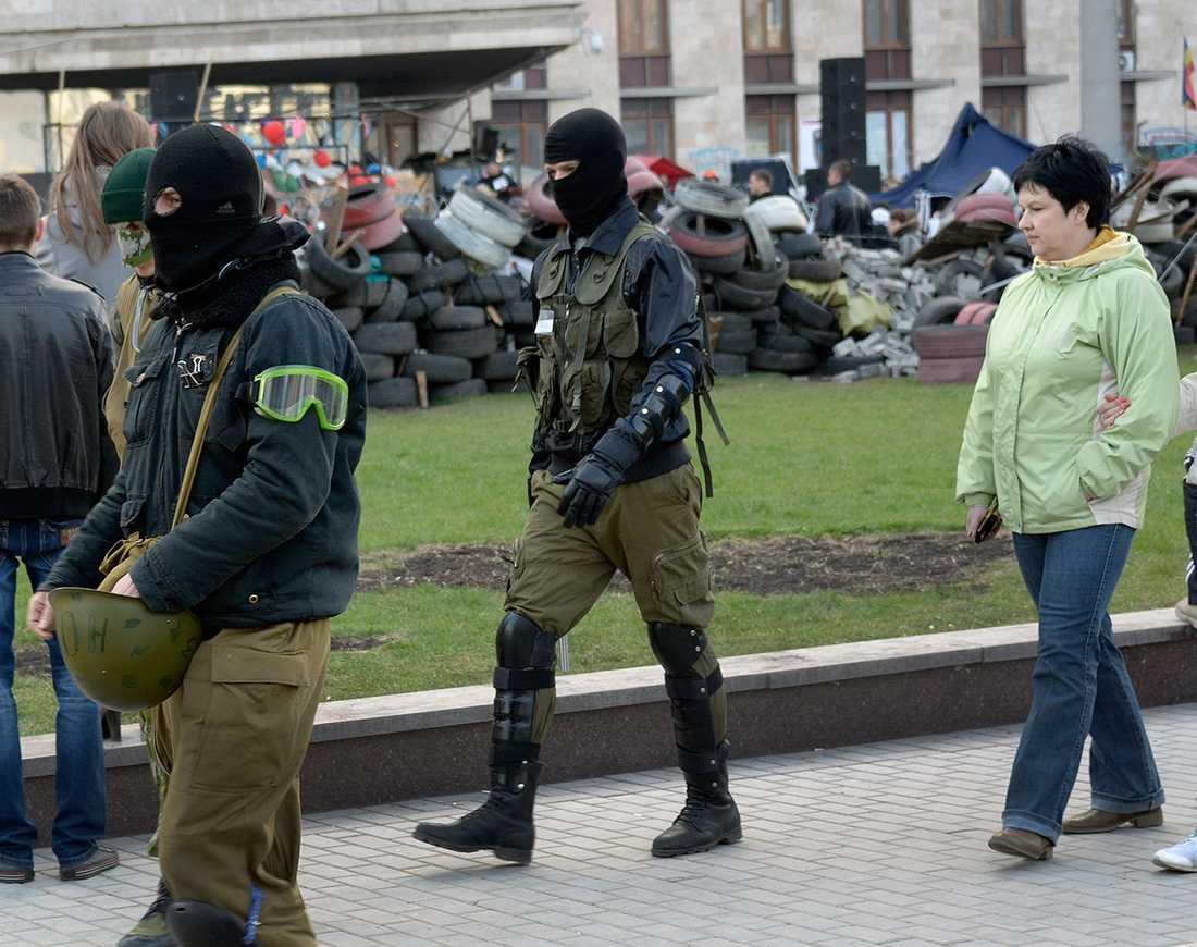 Maskerade proryska demonstranter i Donetsk.
