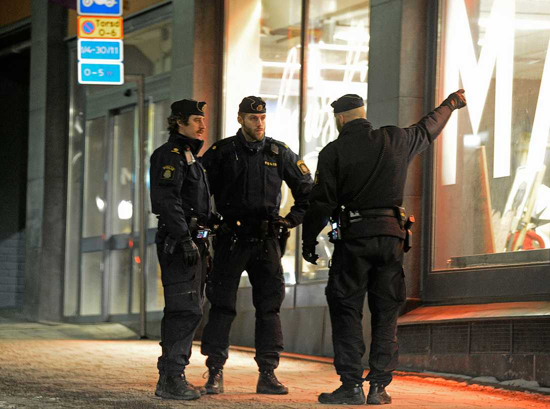 Poliser utanför Bukowskis efter rånet.