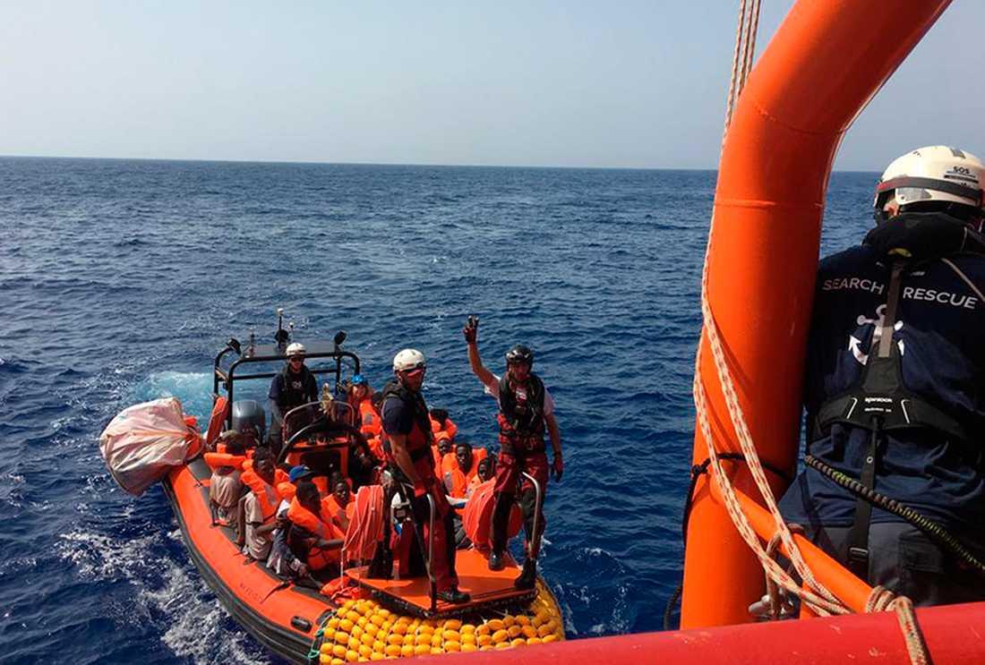 Några av de över 80 migranter som på fredagen plockades upp av ett norskt räddningsfartyg utanför Libyens kust.