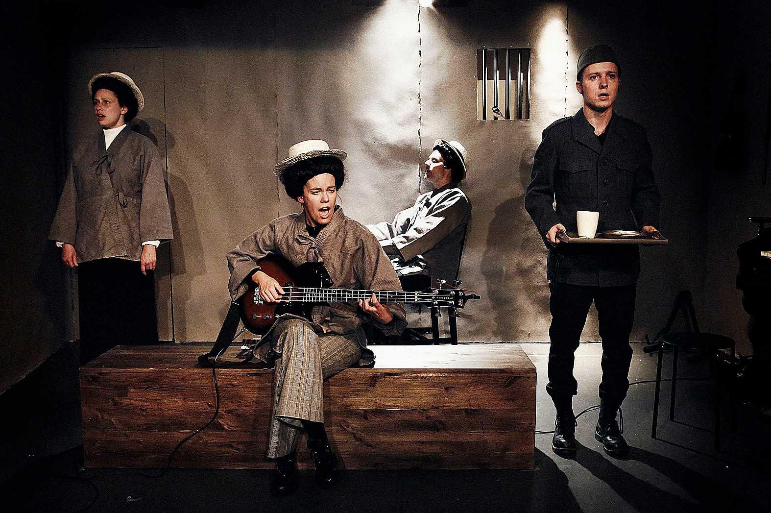 Moment teater varierar brev, musikaliska inslag och brandtal.