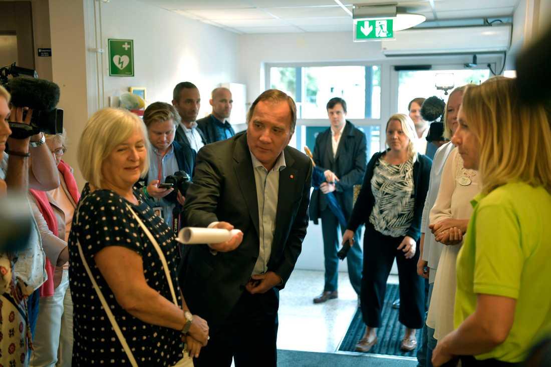 Stefan Löfven och äldreminister Lena Hallengren besöker Ängsgårdens äldreboende i Norrtälje.
