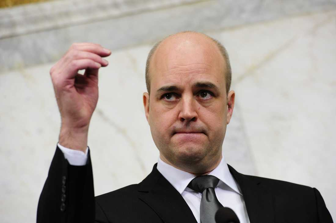 Fredrik Reinfeldt kommenterade för första gången självmordsattacken vid en presskonferens på söndagseftermiddagen. Han manade till försiktighet och eftertanke samtidigt som han kritiserade attacken.