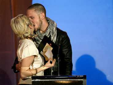 """Anders """"Moneybrother"""" Wendin blev så glad över att han gjort Årets rockalbum att han gav sångerskan Paola en djup kyss. Till julen hoppas han släppa ett nytt album."""