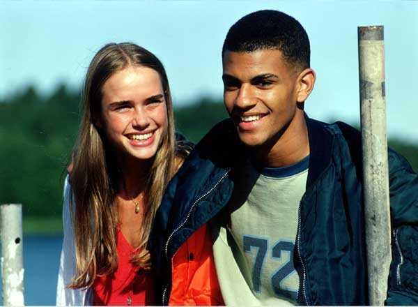 """Lina Englund Redan i tv-serien """"Rapport till himlen"""" blev hon populär, men det stora genombrottet kom med filmen """"Vinterviken"""". Där skilde en bit av Mälaren högstatusfamiljer från de i social misär, och när Linas rollfigur Elisabeth valde fattiga John-John (på bilden) i slutet vann hon tonårstjejernas hjärtan."""