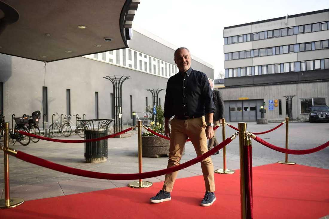 Jan Björklund iklädd en mörkblå skjorta.