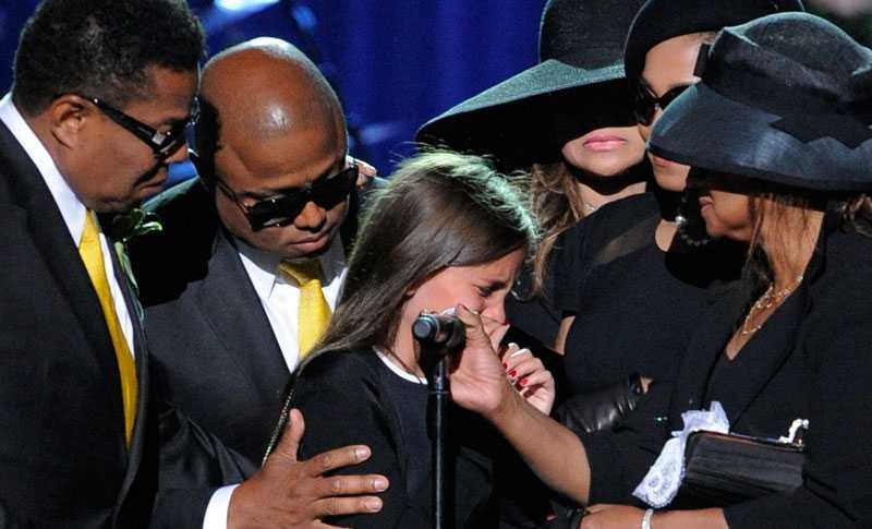 Mikrofonstativet fick sänkas för att Michael Jacksons dotter Paris skulle kunna nå upp. När hon väl hade kämpat sig igenom sin hyllning föll hon i Janet Jacksons armar.