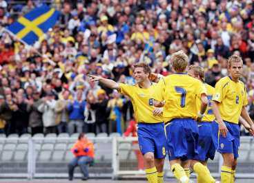 navet i blågult Anders Svensson får en kram av Mattias Jonsson - i går stod gratulanterna på kö...